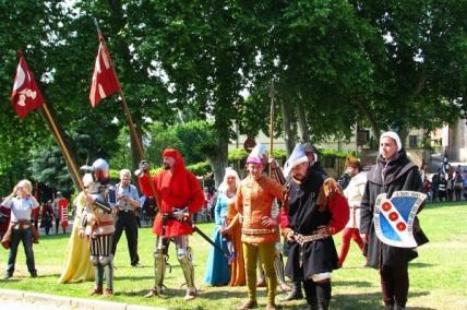 cavaliere con araldo, scudiero e seguito si iscrive al torneo
