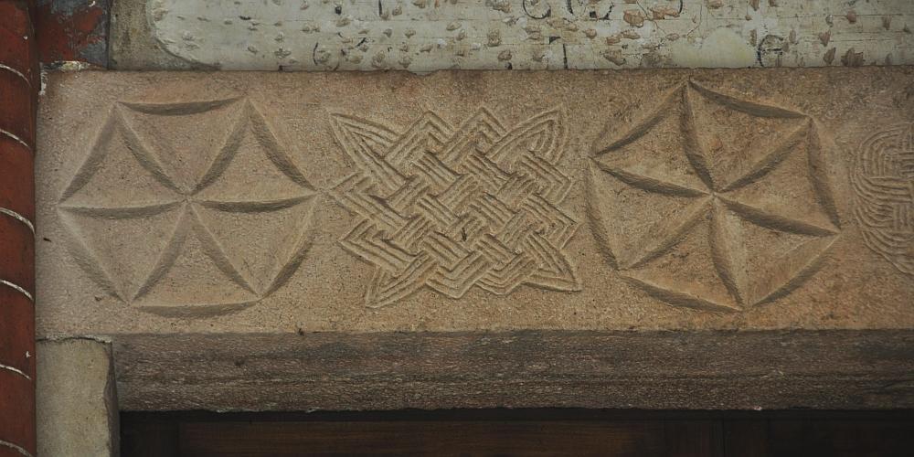 architrave in pietra sulla porta del chiostro