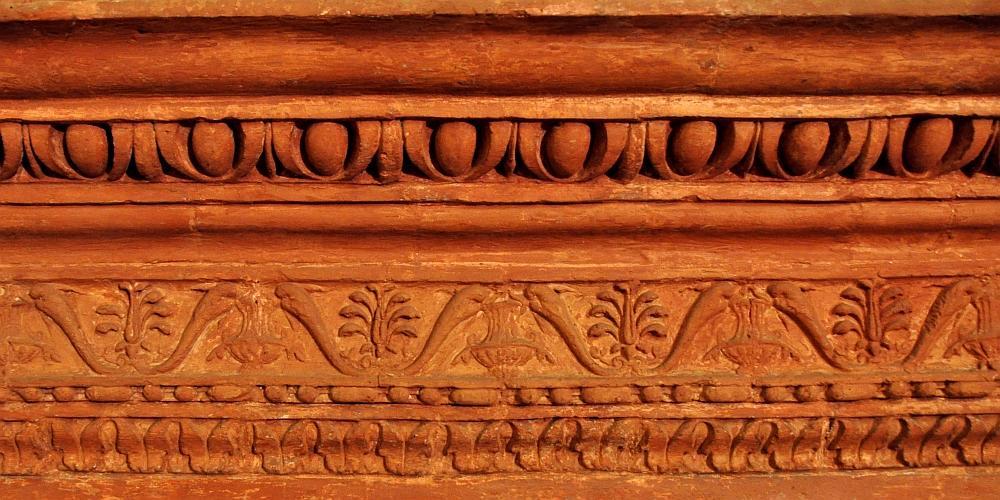 architrave in cotto della sacrestia