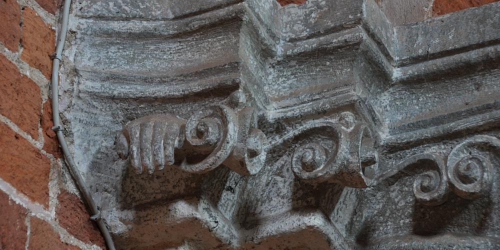 particolare di un capitello del transetto