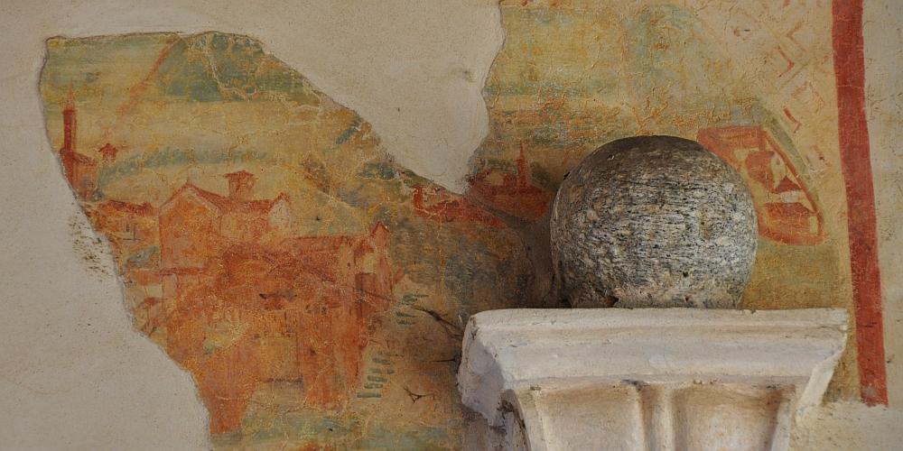 particolare di dipinto murale nel loggiato superiore